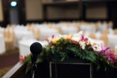 микрофон в современном интерьере конференц-зала с белыми стульями Стоковые Фото
