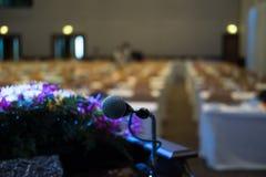 микрофон в современном интерьере конференц-зала с белыми стульями Стоковое Фото