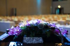 микрофон в современном интерьере конференц-зала с белыми стульями Стоковое Изображение RF