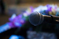 микрофон в современном интерьере конференц-зала с белыми стульями Стоковое фото RF