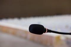 микрофон в современном интерьере конференц-зала с белыми стульями Стоковые Фотографии RF