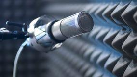 Микрофон готовый для записывать в звукоизолированном номере стоковое фото rf