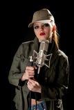 микрофон девушки зеленый Стоковые Изображения