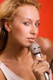 микрофон девушки Стоковые Фотографии RF