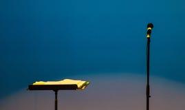 Микрофон и стойка музыки стоковая фотография