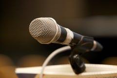 Микрофон крупного плана в зале стоковая фотография