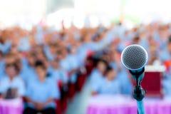 Микрофон над запачканными залой бизнес-конференции или конференц-залом, запачканной предпосылкой стоковые фотографии rf