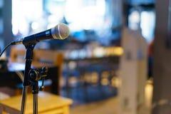 Микрофон над конспектом запачкал фото конференц-зала или Стоковые Фотографии RF