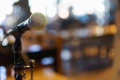 Микрофон над конспектом запачкал фото конференц-зала или Стоковые Изображения RF