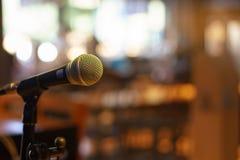 Микрофон над конспектом запачкал фото конференц-зала или Стоковое фото RF