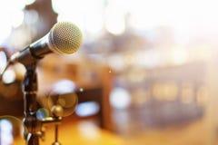 Микрофон над конспектом запачкал фото конференц-зала или Стоковая Фотография RF