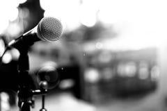 Микрофон над конспектом запачкал фото конференц-зала или Стоковые Изображения