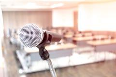 Микрофон на абстрактном запачканный речи в конференц-зале стоковые фотографии rf