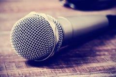 Микрофон на деревянной фильтрованной поверхности, Стоковое фото RF