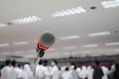 Микрофон на конце стойки вверх в конференц-зале с космосом экземпляра добавляет текст Стоковое Изображение