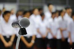 Микрофон на конце стойки вверх в конференц-зале с космосом экземпляра добавляет текст Стоковые Изображения