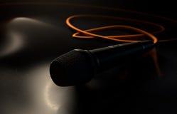 Микрофон на поле иллюстрация вектора