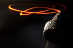Микрофон на поле иллюстрация штока
