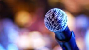 Микрофон на предпосылке сине-фиолетового и желт-апельсина стоковые фото
