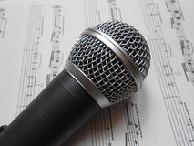 Микрофон на примечаниях музыки Стоковая Фотография