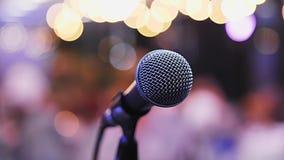 Микрофон на стойке стоит на этапе видеоматериал