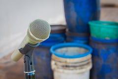 Микрофон на стойке с предпосылкой запачканного пластичного отброса Стоковое Изображение