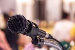Микрофон на этапе в конференц-зале с конспектом запачкал bac стоковые фотографии rf
