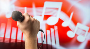 Микрофон петь в руке Стоковая Фотография