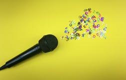 Микрофон распространяя покрашенные письма стоковое фото rf
