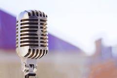 Микрофон старого стиля вокальный Ретро классический дизайн Подкрашиванное фото Стоковая Фотография RF