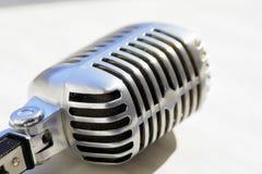 Микрофон старого стиля вокальный Ретро классический дизайн Подкрашиванное фото Стоковое Изображение RF