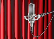 Микрофон студии на фоне Стоковые Фотографии RF