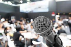 Микрофон с запачканным фото конференц-зала или конференц-зала Стоковое Изображение RF