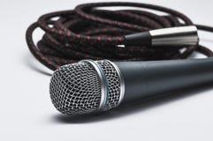 Микрофон с кабелем изолированным на белой предпосылке r стоковые фото