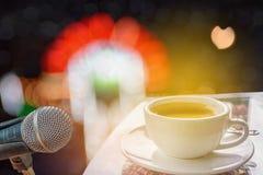 Микрофон с светами bokeh света и soun концерта этапа Стоковое Изображение RF