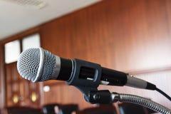 микрофон, таблица и стул в зале судебных заседаний стоковые изображения