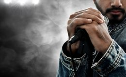 Микрофон удерживания певицы на предпосылке дыма стоковая фотография rf