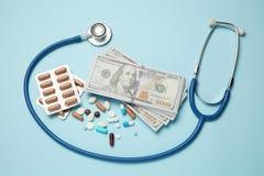 Микстуры и деньги Стоимость лечения и медицинское страхование стоковое изображение