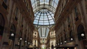 Милан, Италия Известный торговый центр Vittorio Emanuele II и одного знаменательной вехи в Милане видеоматериал