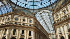 Милан, Италия Известный торговый центр Vittorio Emanuele II и одного знаменательной вехи в Милане акции видеоматериалы
