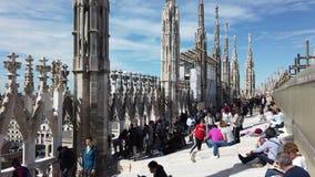 Милан, Италия Люди идя и сидя на крыше Duomo Терраса с видом город акции видеоматериалы