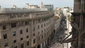 Милан, Италия - май 2016: люди идя в Corso Vittorio Emanuele увиденный от Duomo видеоматериал
