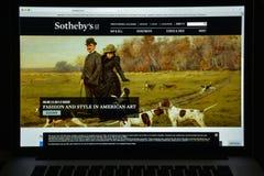 Милан, Италия - 10-ое августа 2017: Вебсайт Sotheby Это Briti Стоковое Изображение RF