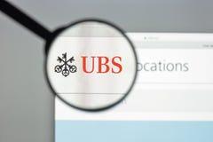 Милан, Италия - 10-ое августа 2017: Домашняя страница вебсайта банка UBS Оно Стоковое фото RF