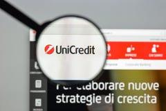 Милан, Италия - 10-ое августа 2017: Домашняя страница вебсайта банка Unicredit Стоковые Изображения RF