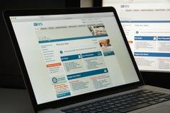 Милан, Италия - 10-ое августа 2017: Домашняя страница вебсайта IRS Обслуживание дохода федерального правительства Соединенных Шта стоковые фотографии rf