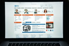Милан, Италия - 10-ое августа 2017: Домашняя страница вебсайта IRS Обслуживание дохода федерального правительства Соединенных Шта стоковое изображение