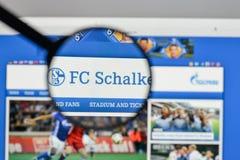 Милан, Италия - 10-ое августа 2017: Логотип FC Schalke 04 на websit Стоковые Изображения RF