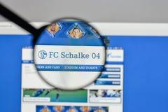 Милан, Италия - 10-ое августа 2017: Логотип FC Schalke 04 на websit Стоковая Фотография RF