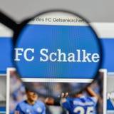 Милан, Италия - 10-ое августа 2017: Логотип FC Schalke 04 на websit Стоковое фото RF